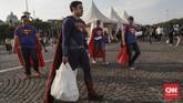 Di kawasan Monas, Jakarta, Superman pun terlihat menenteng tas plastik putih. (CNN Indonesia/Bisma Septalisma)