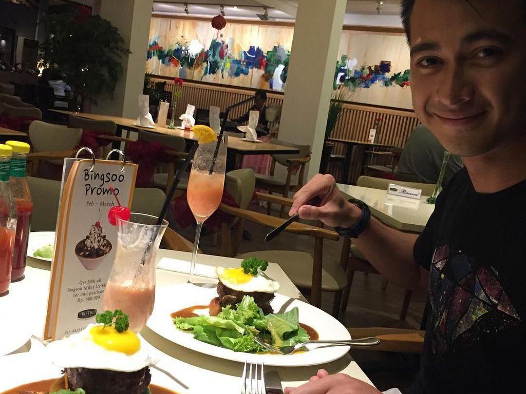 Hidangan steak dengan telur mata sapi, sayuran, hingga jus strawberry jadi menu makan malam romantis Eza ketika sedang dinner date bersama sang istri. Foto: Instagram @ezagio