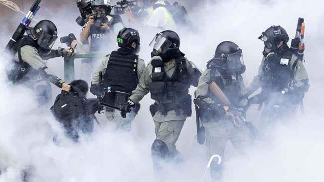 Aksi demonstrasi semula menuntut pembatalan RUU Ekstradisi, yang kini telah dicabut hingga kini masih berlangsung di tengah upaya menekan pemimpin Hong Kong Carrie Lam.(AP Photo/Ng Han Guan)