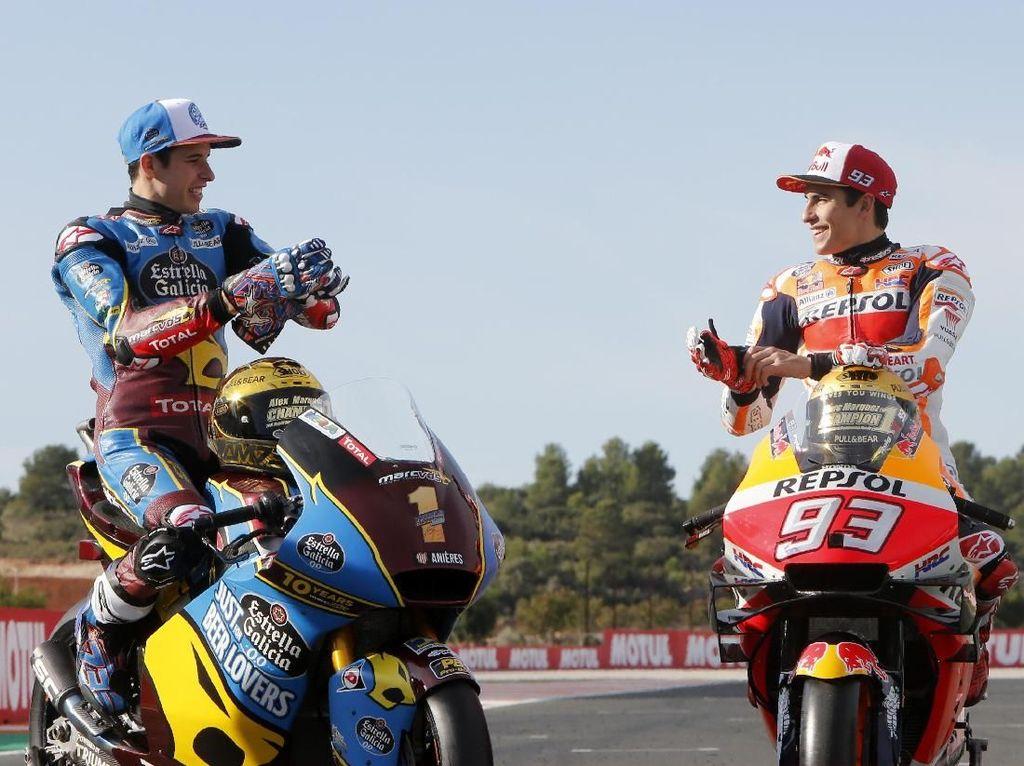 Sebenarnya ini bukan kali pertama Marc dan Alex menjadi juara dunia di tahun yang sama. Pada 2014 sang kakak jadi juara dunia MotoGP, sementara adiknya adalah kampiun Moto3. (AP Photo/Alberto Saiz)