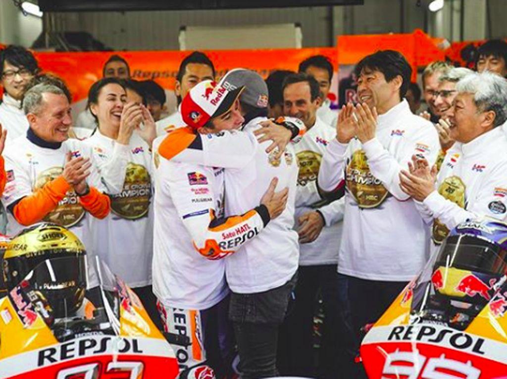 Ada momen Marquez dan Lorenzo berpelukan selepas balapan. (Foto: dok.Repsol Honda)