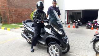 Chandra Hamzah Naik Skutik Premium Saat Kunjungi Erick Thohir