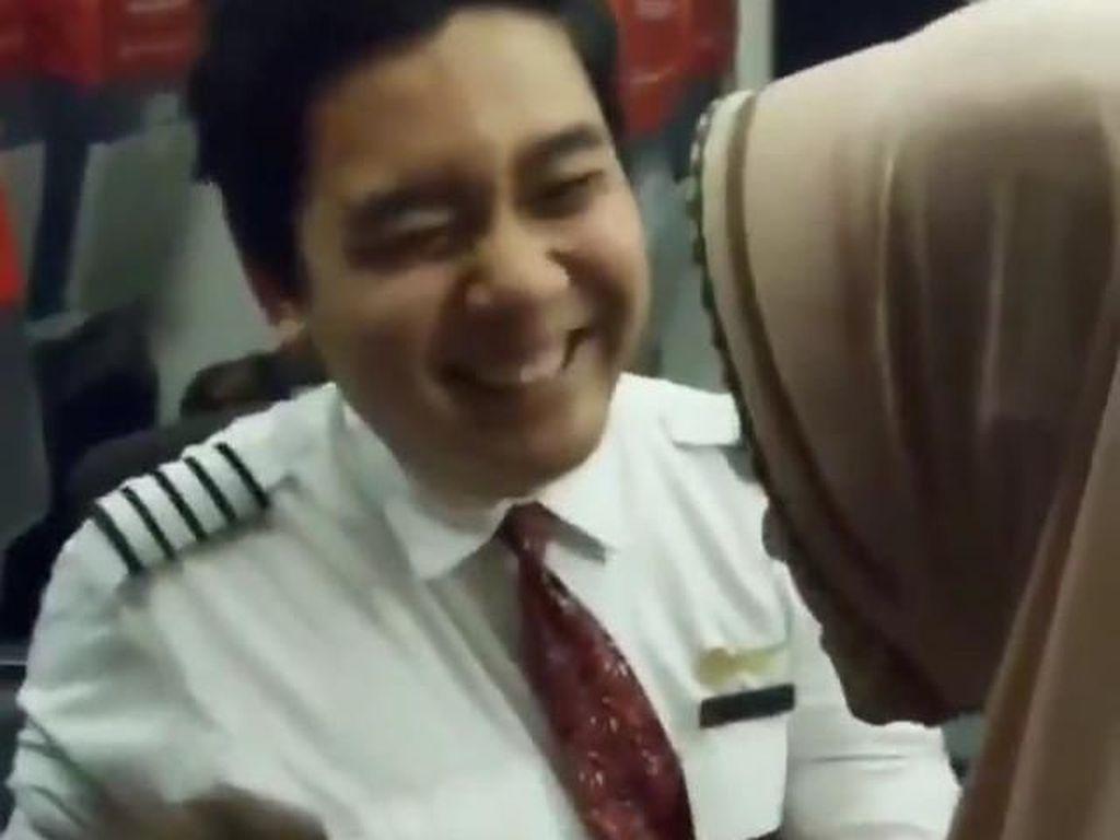 Viral! Video Pramugara Lion Air yang Bantu Penumpang Lansia