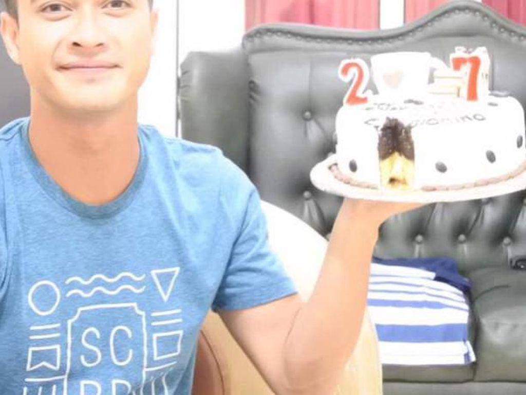 Saat rayakan ulang tahun yang ke 27, Eza berpose dengan cake ulang tahun rasa cokelat lengkap dengan lilin angka di atasnya. Foto: Instagram @ezagio