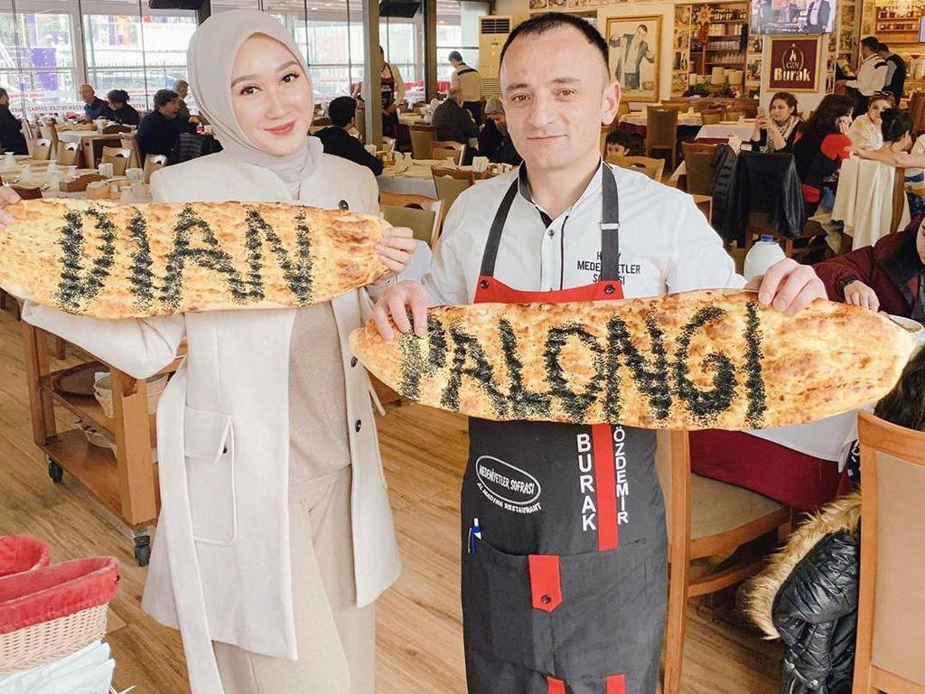 Dian sering bepergian ke luar negeri. Salah satunya ketika ke Turki, ia menyambangi restoran chef Burak Özdemir. Tapi sayang nih tulisan nama di rotinya keliru hihi. Foto: Instagram dianpelangi