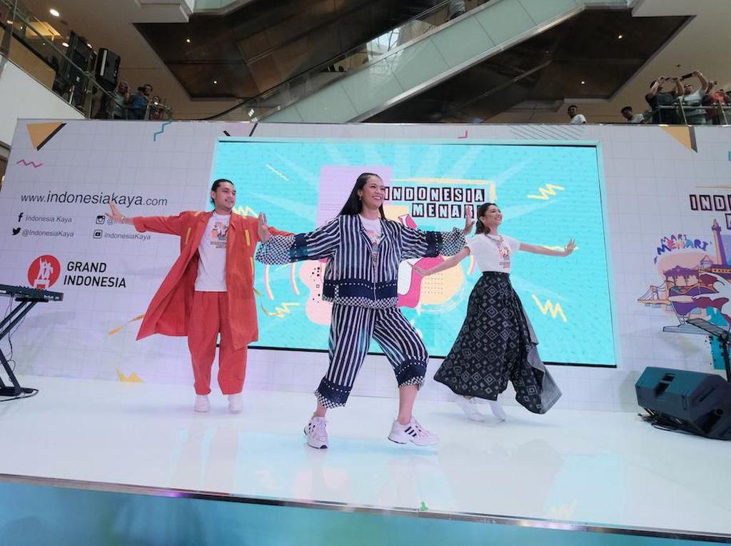 Mikha Tambayong, Giorgino Abraham, dan Ufa Sofura turut memeriahkan Indonesia Menari 2019 di Atrium East Mall Grand Indonesia.