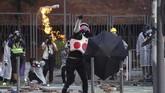 Kepolisian juga menembakkan gas air mata dan meriam air untuk membubarkan pengunjuk rasa(AP Photo/Ng Han Guan)