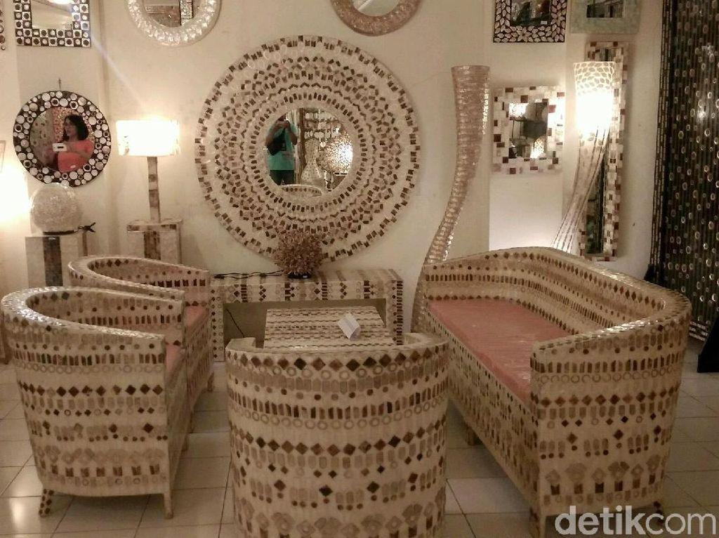 Selain mengandalkan ekspor, Nurhandiah menerima pesanan kecil-kecilan seperti untuk suvenir pernikahan dan sebagainya. Selain itu, Istana Kerang juga kerap dikunjungi wisatawan.