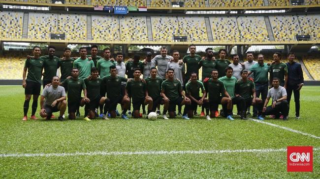 Skuat dan tim pelatih Timnas Indonesia melakukan foto bersama usai menjalani latihan terakhir jelang menghadapi Malaysia pada Kualifikasi Piala Dunia 2022. (CNN Indonesia/Nova Arifianto)