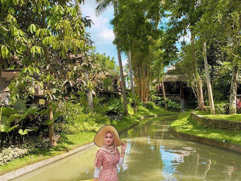 Makan siang Dian di Bali juga tak kalah spesial. Disajikan di perahu berkeliling sungai kecil, makan siang pasti lebih istimewa. Foto: Instagram dianpelangi