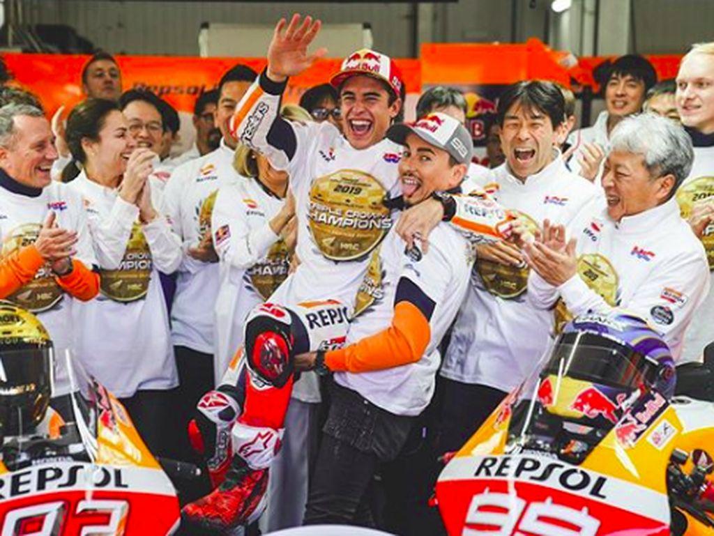 Lorenzo menggendong juara dunia, Marquez. Momen itu yang tertangkap dalam momen keriaan tim Repsol Honda. (Foto: dok.Repsol Honda)