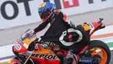 Meski tampil buruk musim ini, Lorenzo ikut mengantar Repsol Honda jadi juara dunia kategori tim.(Photo by JOSE JORDAN / AFP)