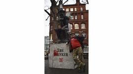 Hilang 12 Tahun, Patung Karya Banksy Muncul di Rumah Lelang