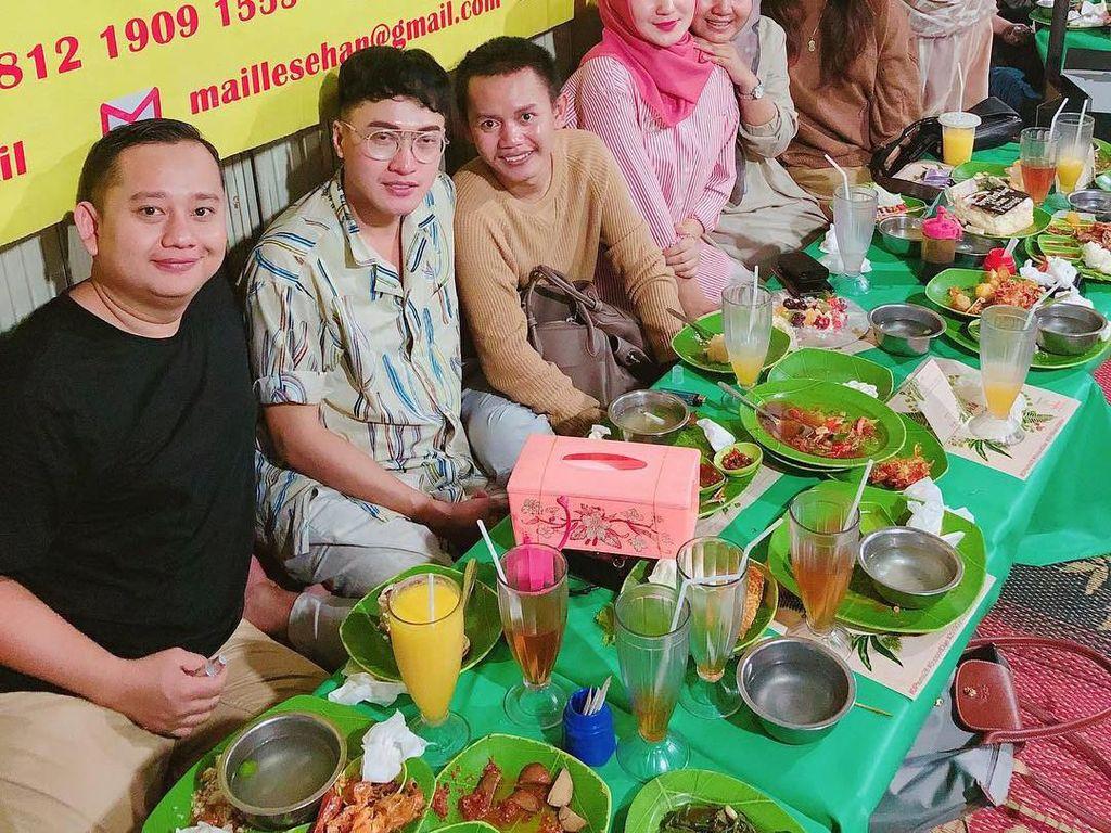 Momen ulang tahun Dian dirayakan meriah oleh teman-temannya. Mereka makan lesehan dengan sambal super pedas. Foto: Instagram dianpelangi
