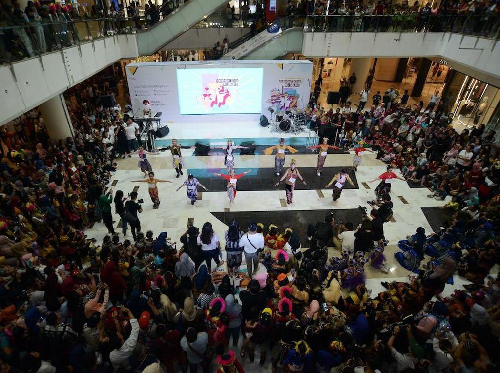 Aksi para penari berhasil menyita perhatian pengunjung Atrium East Mall Grand Indonesia.