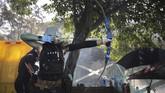 Pedemo kemudian merespons aksi polisi dengan serangan bom molotov hingga menyiapkan anak panah.(AP Photo/Kin Cheung)