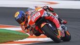 Jorge Lorenzo terus berusaha keras dan akhirnya bisa finis di posisi ke-13 pada akhir balapan MotoGP Valencia. (Photo by JOSE JORDAN / AFP)