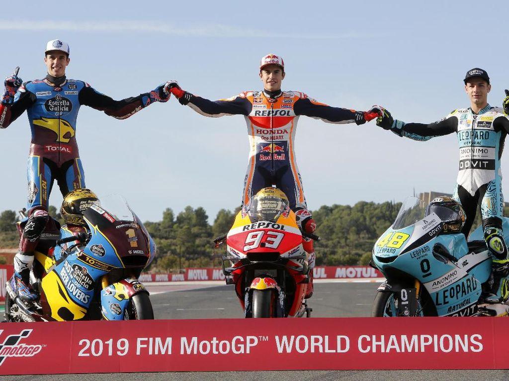 Menjadi tradisi di akhir musim tiga rider juara dunia menjalani sesi foto bersama. Tahun ini terasa spesial karena ada Marquez bersaudara yang merengkuh gelar juara dunia (AP Photo/Alberto Saiz)