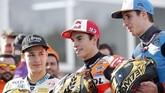Lorenzo Dalla Porta, Marc Marquez, dan Alex Marquez memamerkan helm spesial perayaan gelar juara dunia 2019. Helm itu digunakan pada balapan GP Valencia. (AP Photo/Alberto Saiz)
