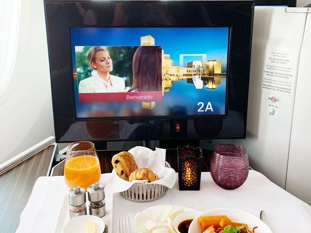 Pulang dari London, Dian memamerkan makanan enak yang ia santap di pesawat. Jangan ngiler dengan tampilannya ya! Foto: Instagram dianpelangi