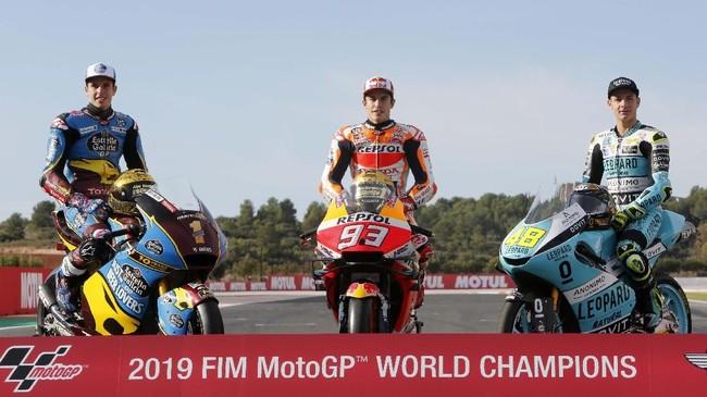 Alex Marquez, Marc Marquez, dan Lorenzo Dalla Porta berpose di atas sepeda motor. Dalla Porta yang berasal dari Italia mencegah Spanyol menyapu bersih gelar juara Grand Prix musim ini. (AP Photo/Alberto Saiz)