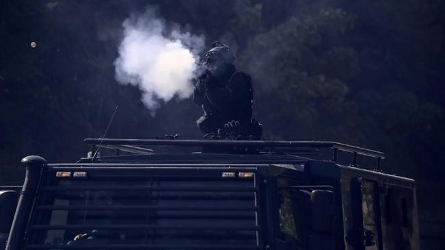 Beberapa demonstran di dalam kampus dilaporkan ditahan oleh kepolisian karena dianggap tidak mengindahkan peringatan.(AP Photo/Ng Han Guan)