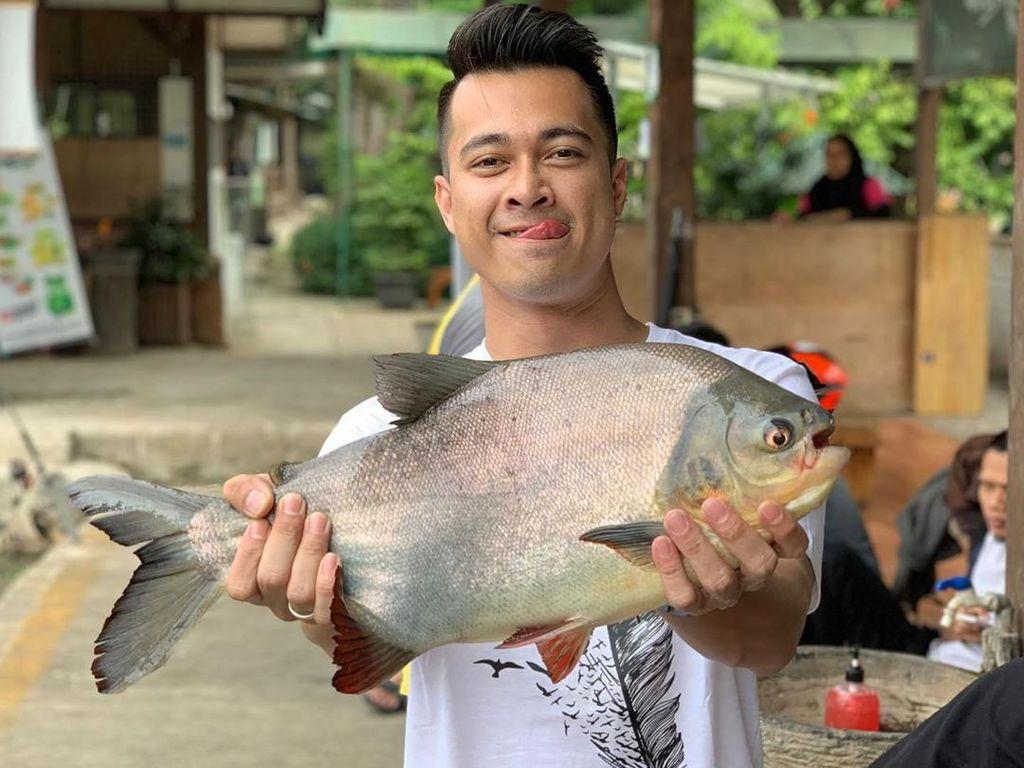 Berawal dari memesan ikan arwana yang berujung ancaman pembunuhan. Eza Gionino kini tengah berseteru dengan penjual ikan yang diduga menipunya. Aktor kelahiran Samarinda ini, sejak dulu memang dikenal memiliki hobi memelihara ikan hias. Foto: Instagram @ezagio