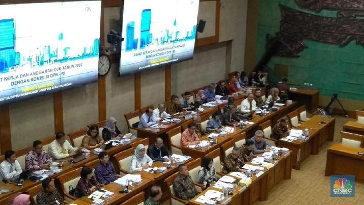 Otoritas Jasa Keuangan (OJK) memaparkan data terkait industri perbankan ke Komisi XI DPR.