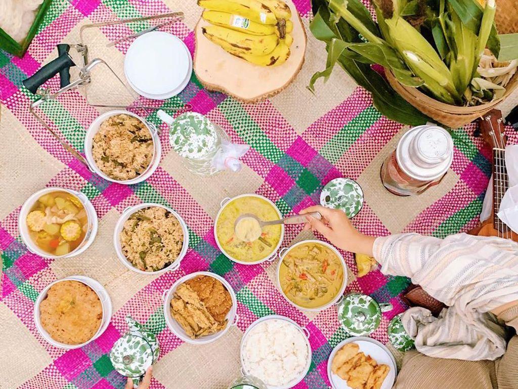 Belum lama ini, istri Sandy Nasution ini dan dua sahabatnya jalan-jalan seru di Yogyakarta. Saat piknik, wanita 28 tahun ini disuguhi sayur lodeh, tahu tempe, sego megono, telur dadar, sayur asem, pisang goreng, dan teh manis hangat. Nyamm! Foto: Instagram dianpelangi