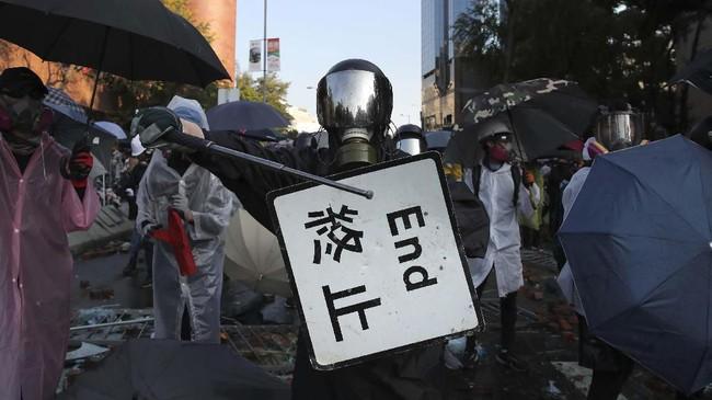 Unjuk rasa justru semakin tegang setelah RUU dicabut karena tuntutan semakin meluas menjadi upaya gerakan menentang pemerintah Hong Kong dan China.(AP Photo/Kin Cheung)