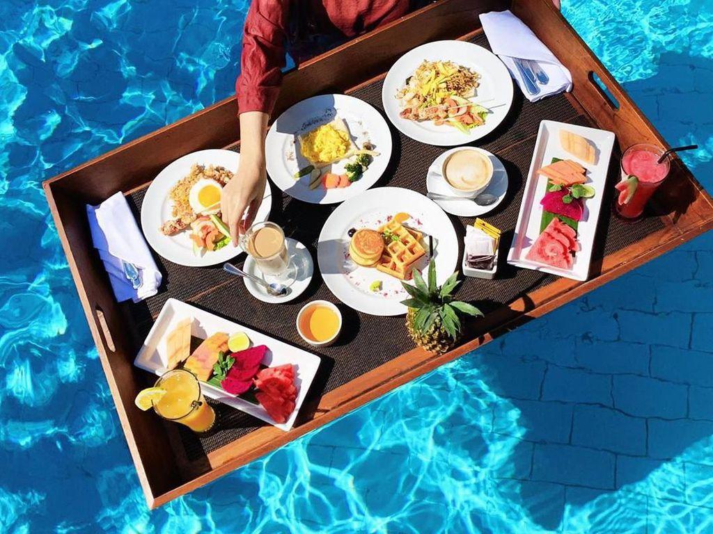 Kalau ini momen liburan Dian di Bali. Ia menikmati floating breakfast dengan menu nasi goreng sampai waffle. Seru banget! Foto: Instagram dianpelangi