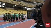 Para pemain Timnas Indonesia mendengar instruksi pelatih sementara Yeyen Tumena sebelum menjalani latihan terakhir jelang melawan Malaysia. (CNN Indonesia/Nova Arifianto)