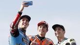 Alex Marquez (kiri) merebut gelar juara dunia Moto2 2019, sementara sang kakak, Marc (tengah), merebut gelar juara dunia MotoGP keenam, dan Lorenzo Dalla Porta menjadi juara dunia Moto3 2019. (AP Photo/Alberto Saiz)