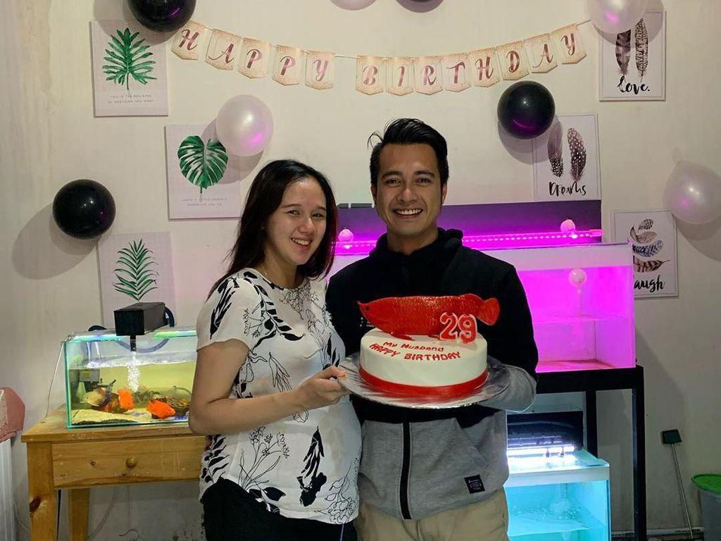 Ditemani ikan arwana, dan beberapa ikan hias koleksinya. Eza merayakan ulang tahunnya bersama sang istri, dengan kue berhias ikan arwana berwarna merah yang unik. Foto: Instagram @ezagio