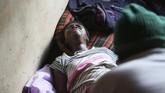 Gwena telah membantu lebih dari 100 proses persalinan dengan apa adanya. Semua ibu yang melahirnya di apartemen dua kamarnya dinyatakan selamat. Tak ada tarif yang dipatok, Gwena hanya ingin membantu para ibu hamil. (AP Photo/Tsvangirayi Mukwazhi)