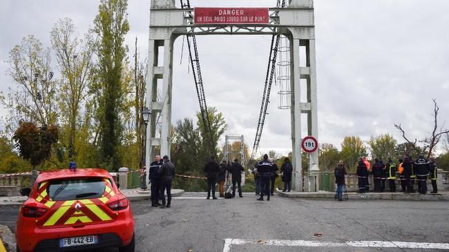 Sebuah jembatan gantung yang menghubungkan kota Mirepoix-sur-Tarn, Prancis, ambruk hingga menyebabkan dua orang tewas dan beberapa orang mengalami luka-luka. (Photo by ERIC CABANIS / AFP)