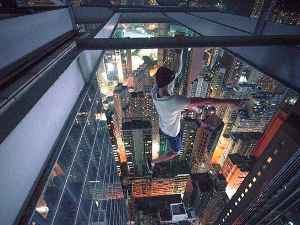 Pemuda Ukraina berusia 32 tahun ini tak segan melakukan aksi berbahaya di gedung tinggi tanpa pengamanan apapun. Foto: Instagram