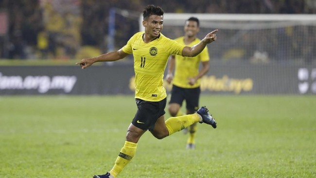 Penyerang sayap Malaysia, Safawi Rasid merayakan gol ke gawang Timnas Indonesia yang berkesudahan 2-0 di hadapan puluhan ribu pendukung tuan rumah. (AP Photo/Vincent Thian)