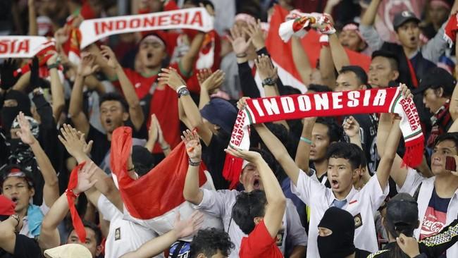Suporter memberikan dukungan langsung untuk Timnas Indonesia saat menghadapi Malaysia pada Kualifikasi Piala Dunia 2022 di Stadion Bukit Jalil. (AP Photo/Vincent Thian)
