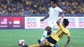 Gelandang Timnas Indonesia, Hendro Siswanto berebut bola dengan gelandang Malaysia Muhamad Nor Azam dalam laga yang berkesudahan 2-0 untuk kemenangan Harimau Malaya. (Photo by STR / AFP)