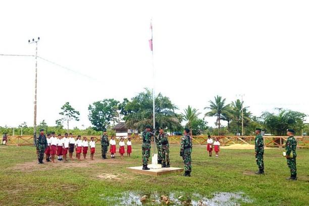 Prajurit TNI Gelar Upacara Bendera di SD Perbatasan RI-PNG
