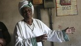 Kanyoza hanya satu dari banyak ibu yang melahirkan dengan bantuan dukun beranak bernama Esther Zinyoro Gwena (72). Gwena jadi 'pahlawan' di tengah krisis ekonomi Zimbabwe yang memaksa banyak perempuan mencari bantuan persalinan dari selain medis. (AP Photo/Tsvangirayi Mukwazhi)