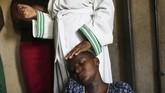 Bayi kecil itu lahir di sebuah apartemen kecil yang berlokasi di pinggiran Kota Harare. Dengan tangan kosong, seorang nenek membantu proses persalinan dan mengaku dibantu oleh bimbingan Tuhan. (AP Photo/Tsvangirayi Mukwazhi)