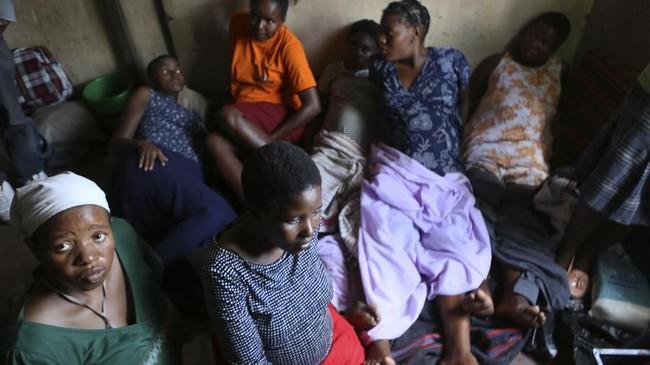 Kanyoza--perempuan Zimbabwe berusia 18 tahun--berseri-seri saat tahu bayi kecilnya lahir dengan selamat di seorang dukun beranak. (AP Photo/Tsvangirayi Mukwazhi)