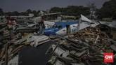 Sebelum dibawa dan ditumpuk di Jalan Pergudangan Marunda II, Jakut, pesawat-pesawat bekas itu dibelah dulu di dalam kawasan bandara agar masuk ke dalam truk kontainer.(CNN Indonesia/Bisma Septalisma)