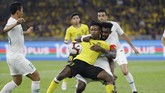 Kapten Timnas Indonesia, Rudolof Yanto Basna menjaga ketat penyerang Malaysia, Mahamadou Sumareh dalam lanjutan Kualifikasi Piala Dunia 2022. (AP Photo/Vincent Thian)