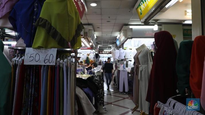 Aktivitas orang yang biasa desak-desakan di Pasar Tanah Abang kini jadi pemandangan langka.