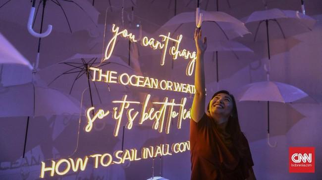 Sejumlah pengunjung menikmati seni instalasi di Generasi #BisaBanget Playspace, Senayan City Mall, Jakarta, Rabu (20/11). (CNN Indonesia/Bisma Septalisma)