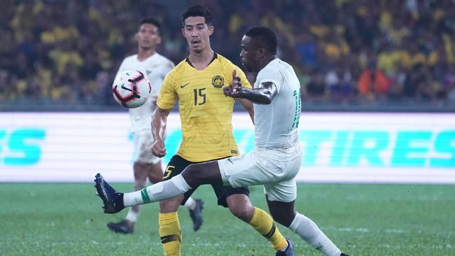 Penyerang Timnas Indonesia Greg Nwokolo coba mengadang pergerakan gelandang Malaysia Brendan Gan dalam laga yang berkesudahan 2-0 di Kualifikasi Piala Dunia 2022. (Photo by STR / AFP)