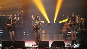 Haim Rekam Kepiluan Ditinggal Teman dalam Lagu 'Hallelujah'